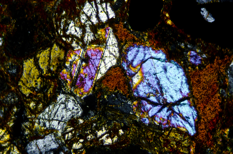 Twinned pyroxenes in altered Central Belt rock. Section viewed with crossed polarising filters (FoV 1.2 x 0.8 mm).